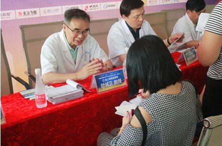 2016年8月15日-24日,原上海瑞金医院叶诚正教授继续在河南省医药科学研究院附属医院坐诊